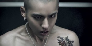 Chinese tattoo star Wu Yifan shoulder painted flowers tattoo picture